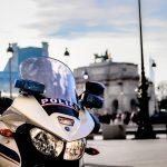 Какъв следва да бъде подаденият звуков и светлинен сигнал, през нощта, от движещ се полицейски автомобил или мотоциклет, за да спрем за проверка?